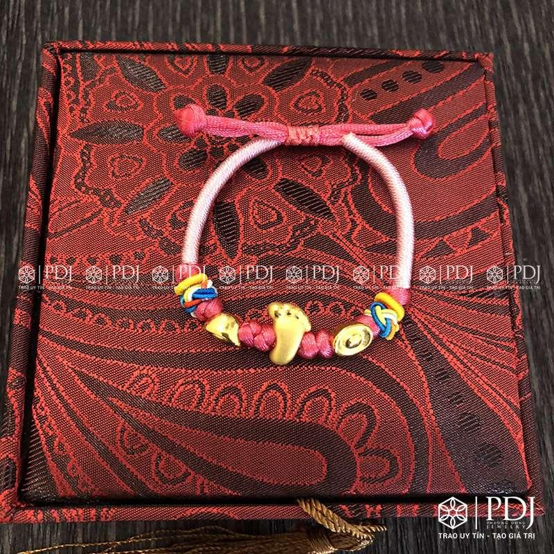 Vòng Tay Chỉ Hồng Charm Bàn Chân Phật, Nén Vàng 24K PDJ