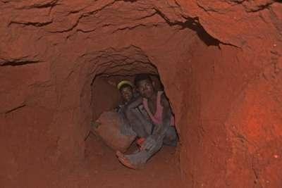 Những người khai thác mỏ làm việc trong điều kiện tồi tàn